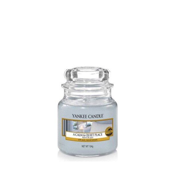 Mała świeca zapachowa od Yankee Candle, błękitna szara w szklanym słoiku o zapachu A Calm Quiet Place. Perfumy, paczula, perfumy damskie, elegancki zapach, eleganckie, dom, domowo, biuro, zapach, świece, świece zapachowe, orchidea, kwiaty, bukiet kwiatowy, cedr,prezent