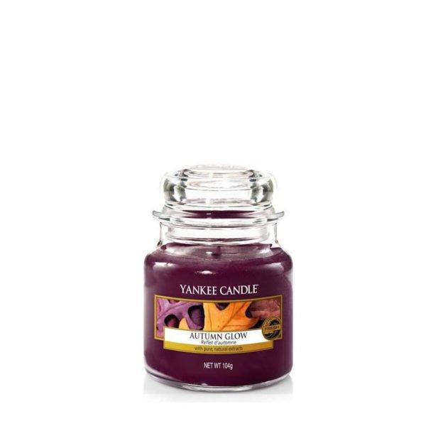 Mała świeca zapachowa od Yankee Candle, fioletowa w szklanym słoiku o zapachu Autumn Glow. Paczula, ziarna tonka, liście, kwiaty jesienne, chanel number 5, chanel numer 5, chanel no 5, kwiaty, bukiet kwiatowy, prezent, dla pań, perfumy, perfumy damskie