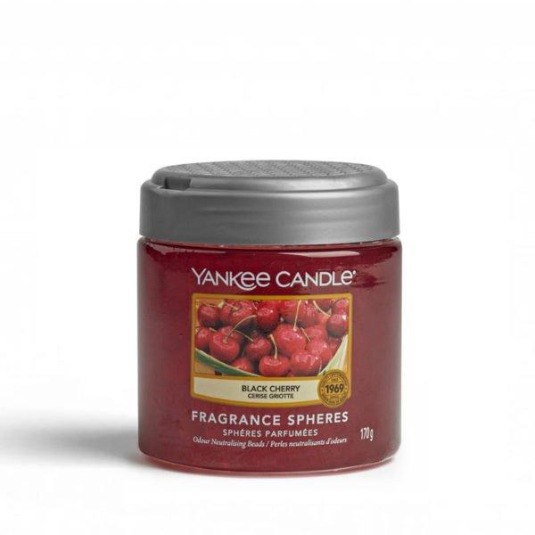 kuleczki żelowe od Yankee Candle, czerwona w szklanym słoiku o zapachu Black cherry. Czereśnie, czarne czereśnie, owoce, słodkie, słodycze, owoce, sad, lato, wiosna, zima, jesień, prezent, prezent do domu, czereśnie, wiśnie, świeca, świeca zapachowa, wosk, dyfuzor, pałeczki zapachowe, dom, domowo, biuro, zapach do domu, zapach do biura, pięknie, klimat, dyfuzory