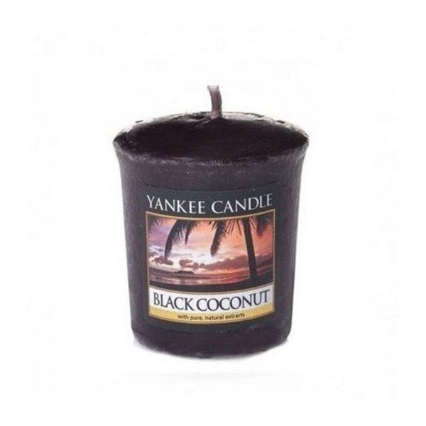 votive od Yankee Candle, czarna w szklanym słoiku o zapachu black coconut. Kokos, czarna, słodkie, owocowe, palmy, wakacje, odpoczynek, słodkie, słodycze, ciastka, plaża, wyspa, tropikalna wyspa, relaks, wakacje, lato, zapach lata, prezent, prezent, upominek, mała świeczka