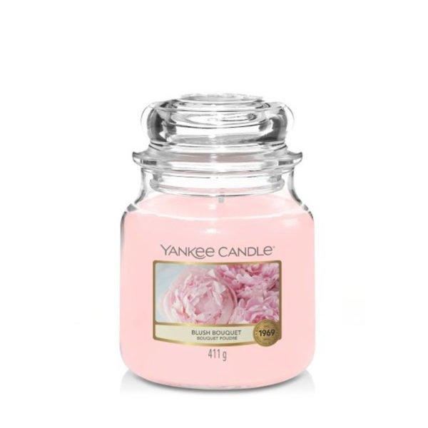 Średnia świeca zapachowa od Yankee Candle, różowa w szklanym słoiku o zapachu Blush Bouquet. Różowa, zapachy, świeca, świeca zapachowa, wosk, kwiaty, kwiaty kwitnącej wiśni, bursztyn, peonie, prezent, prezent dla pań, prezenty, urodziny, imieniny, wiosna, lato, słodkie, świeże