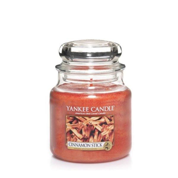 Średnia świeca zapachowa od Yankee Candle, rudy w szklanym słoiku o zapachu cinnamon stick. Cynamon, przyprawy, przyprawy korzenne, święta, wigilia, święta bożego narodzenia, ciepło, zima, jesień, klimat świąteczny, odpoczynek, relaks, słodko, świece, świece zapachowe, wosk