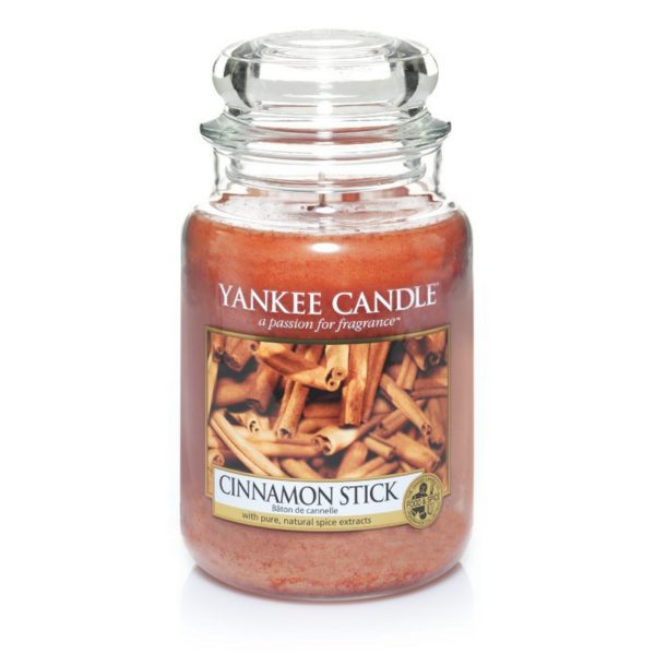 Duża świeca zapachowa od Yankee Candle, rudy w szklanym słoiku o zapachu cinnamon stick. Cynamon, przyprawy, przyprawy korzenne, święta, wigilia, święta bożego narodzenia, ciepło, zima, jesień, klimat świąteczny, odpoczynek, relaks, słodko, świece, świece zapachowe, wosk
