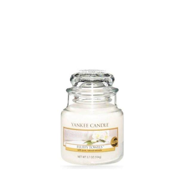 Mała świeca zapachowa od Yankee Candle, biała o zapachu Fluffy Towels. Świeca zapachowa, zapachy, nuty zapachowe, ładnie pachnie, zapachy, świeca, biała, białe, wosk, ręczniki, czystość, łazienka, ładny zapach, świeżość, orzeźwienie.