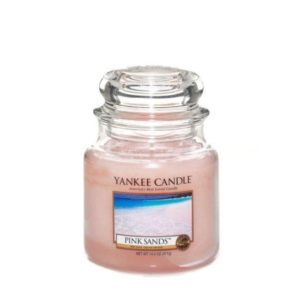 Średnia świeca zapachowa od Yankee Candle, różowa w szklanym słoiku o zapachu Pink Sands. Świeca zapachowa, wiosna, lato, bestseller, ulubieniec, do domou, dla pani, dpa pań, na prezent, prezent, dzień kobiet, pomysł na prezent, święta, urodziny, imieniny, kwiaty, bukiet kwiatowy, morze, woda morska, odpoczynek, relaks, SPA.