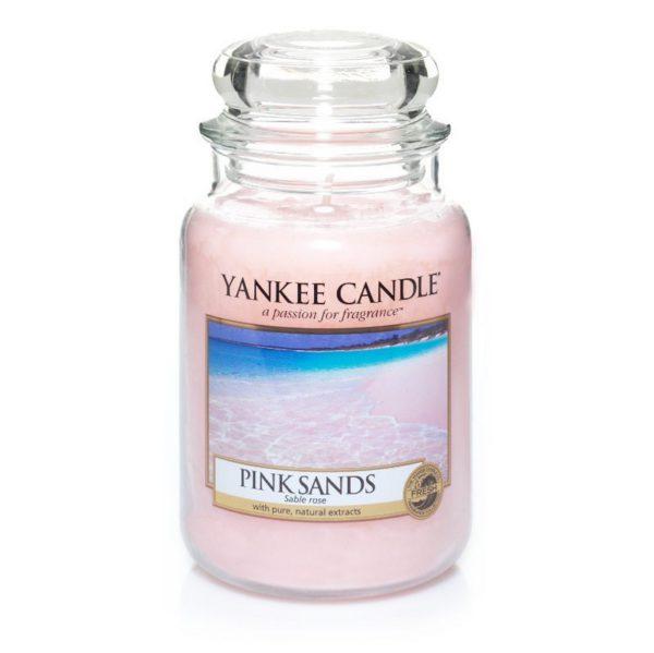 Duża świeca zapachowa od Yankee Candle, różowa w szklanym słoiku o zapachu Pink Sands. Świeca zapachowa, wiosna, lato, bestseller, ulubieniec, do domou, dla pani, dpa pań, na prezent, prezent, dzień kobiet, pomysł na prezent, święta, urodziny, imieniny, kwiaty, bukiet kwiatowy, morze, woda morska, odpoczynek, relaks, SPA.
