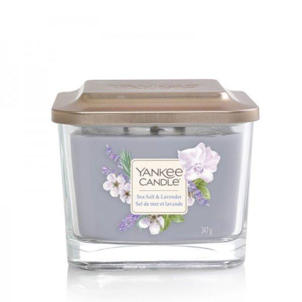 Średnia świeca zapachowa od Yankee Candle, fioletowa w szklanym słoiku o zapachu Sea Salt Lavender. lawenda, fiołki, kwiaty, bukiet kwiatów, białe kwiaty, elegancki zapach, kwiatowy zapach, świeca zapachowa, świeca, wosk sojowy, Yankee Candle elevation