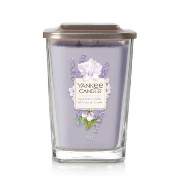 Duża świeca zapachowa od Yankee Candle, fioletowa w szklanym słoiku o zapachu Sea Salt Lavender. lawenda, fiołki, kwiaty, bukiet kwiatów, białe kwiaty, elegancki zapach, kwiatowy zapach, świeca zapachowa, świeca, wosk sojowy, Yankee Candle elevation