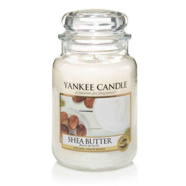 Duża świeca zapachowa od Yankee Candle, biała w szklanym słoiku o zapachu Shea Butter. Białe, domowe SPA, relaks, orzeźwienie, migdały, balsam, świeca zapachowa, zapachy, świeżość, delikatny zapach, odpoczynek, dbanie o siebie, prezent, prezent dla Pani, prezent dla mamy, aksamit, aksamitny.