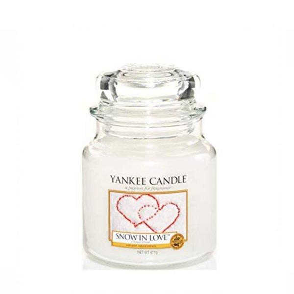 Średnia świeca zapachowa od Yankee Candle, biała w szklanym słoiku o zapachu snow in love. Świeca zapachowa, zapachy, świeca, biała, prezent dla ukochanej, prezent na walentynki, prezent na święta, prezent, miłość, prezent dla Pani, romans.