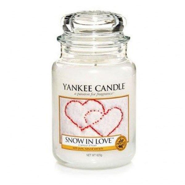 Średnia świeca zapachowa od Yankee Candle, biała w szklanym słoiku o zapachu snow in love. Świeca zapachowa, zapachy, świeca, biała, prezent dla ukochanej, prezent na walentynki, prezent na święta, prezent, miłość, prezent dla Pani, romans