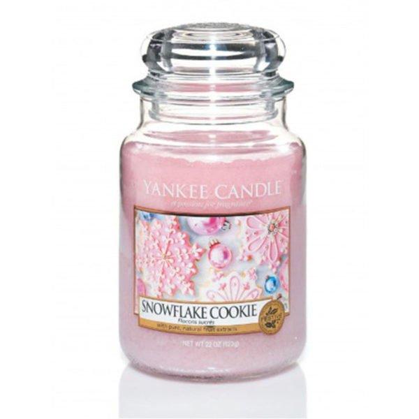 Duża świeca zapachowa od Yankee Candle, różowa w szklanym słoiku o zapachu Snowflake Cookie. Zapachy, świeca zapachowa, prezent, święta, prezent na święta, różowa, słodkie, słodycze, słodki zapach, lukier, cukier, wanilia, wata cukrowa, słodycze, słoik, świeca.