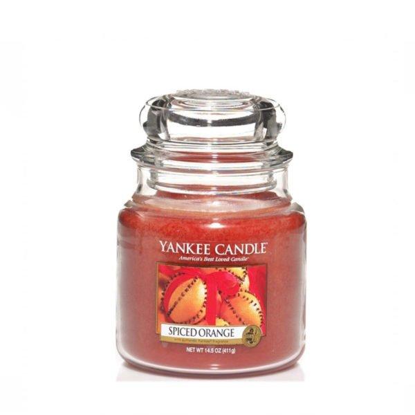 średnia świeca zapachowa od Yankee Candle, pomarańczowa w szklanym słoiku o zapachu spiced orange. Świeca zapachowa, świeca, wosk, święta, wigilia, prezent, prezent pod choinkę, pomarańcze, goździki, prezenty, słodko, świeżo, orzeźwienie, świeże, słodkie, świeży imbir, soczyste cytrusy, ozon : akordy korzenne, osłodzona wanilia