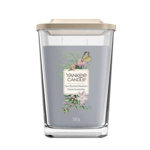 Duża świeca zapachowa od Yankee Candle, szara w szklanym słoiku o zapachu sun warmed meadow. Świeca zapachowa, zapach świeca, wosk, pelargonia, pelargonia, mandarynka, cytrusy, bursztyn, prezent, prezent dla pani, urodziny, imieniny, Yankee Candle elevation, wosk sojowy