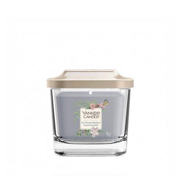 Mała świeca zapachowa od Yankee Candle, szara w szklanym słoiku o zapachu sun warmed meadow. Świeca zapachowa, zapach świeca, wosk, pelargonia, pelargonia, mandarynka, cytrusy, bursztyn, prezent, prezent dla pani, urodziny, imieniny, Yankee Candle elevation, wosk sojowy