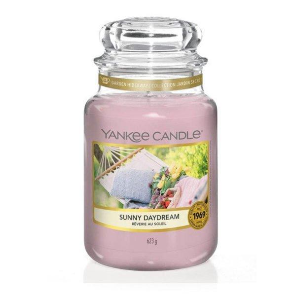 Duża świeca zapachowa od Yankee candle, różowa o zapachu Sunny Daydream. Różowy, lato, wiosna, zapach, świeca zapachowa, kwiaty, ogródek, relaks, odpoczynek, wakacje, trawa, łąka