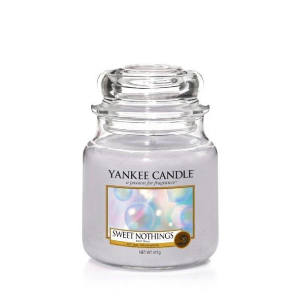 Średnia świeca zapachowa Yankee Candle o zapachu Sweet Nothings. Fioletowa, świeca zapachowa, bańki, świeżość, orzeźwienie, kąpiel, relaks, wanna, świece, zapachy
