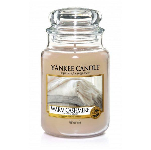 Duża świeca od Yankee Candle, beżowa o zapachu Warm Cashmere. Kocyk, sweter, kaszmir, świeca zapachowa, ciepło, dom, domowy zapach, ciepło domowego ogniska