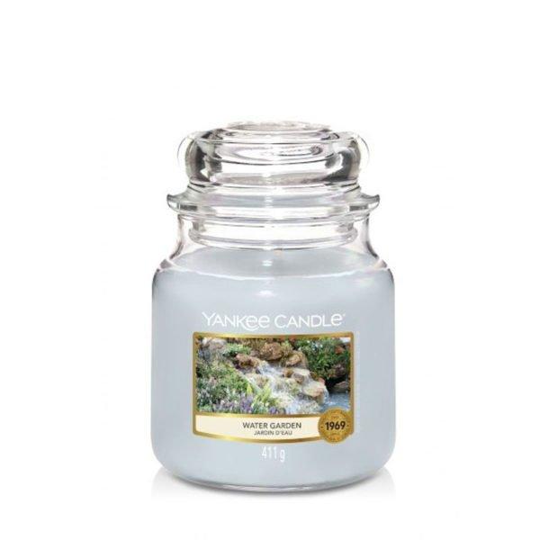 Średnia świeca Yankee Candle niebiesko-szara Water Garden. Odpoczynek nad wodą, relaks, kwiaty, trawa, świeca zapachowa, piękny zapach, ładny zapach, relaks nad wodą