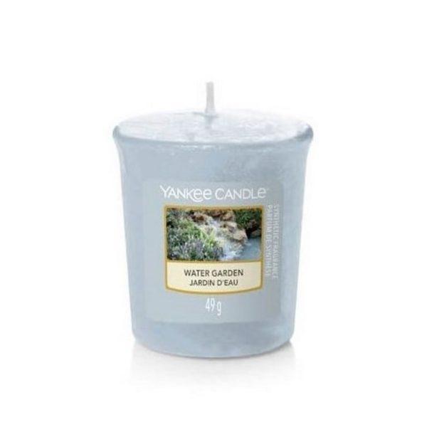 votive od Yankee Candle niebiesko-szara Water Garden. Odpoczynek nad wodą, relaks, kwiaty, trawa, świeca zapachowa, piękny zapach, ładny zapach, relaks nad wodą, prezent, upominek, mała świeca